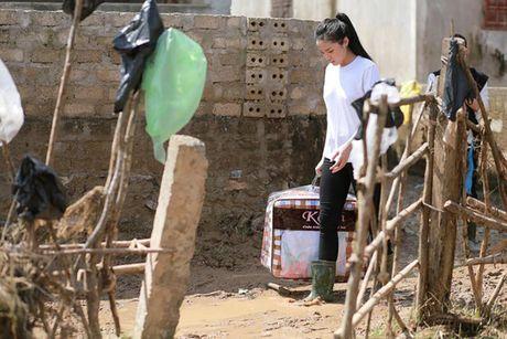 Hoa hau Ky Duyen am tham di trao qua cho ba con vung lu mien Trung - Anh 5