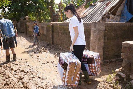 Hoa hau Ky Duyen am tham di trao qua cho ba con vung lu mien Trung - Anh 6