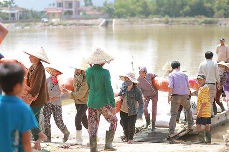 Hoa hau Ky Duyen am tham di trao qua cho ba con vung lu mien Trung - Anh 7