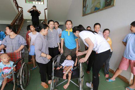 Hoa hau Ky Duyen am tham di trao qua cho ba con vung lu mien Trung - Anh 8