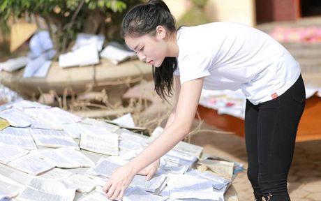 Hoa hau Ky Duyen am tham di trao qua cho ba con vung lu mien Trung - Anh 9