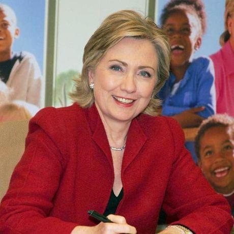 Thoi trang toc cua ba Hillary Clinton thay doi qua nam thang - Anh 10
