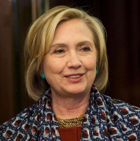 Thoi trang toc cua ba Hillary Clinton thay doi qua nam thang - Anh 15