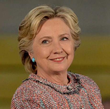 Thoi trang toc cua ba Hillary Clinton thay doi qua nam thang - Anh 16