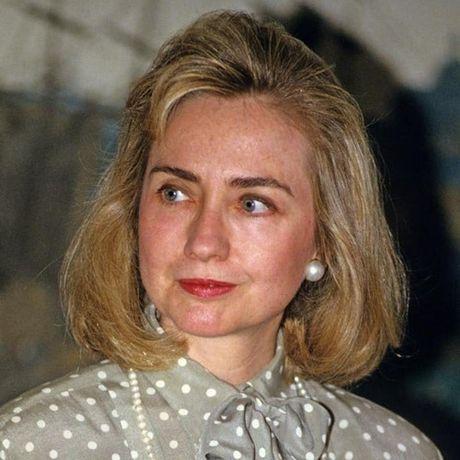Thoi trang toc cua ba Hillary Clinton thay doi qua nam thang - Anh 3
