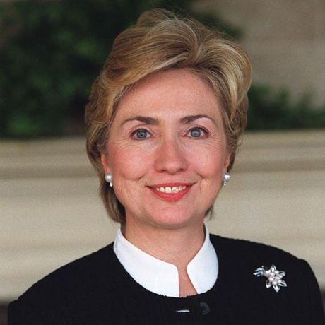 Thoi trang toc cua ba Hillary Clinton thay doi qua nam thang - Anh 8