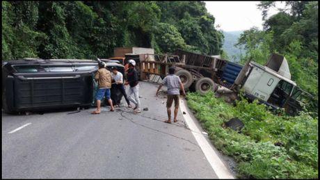 Xe dau keo cho container tong xe 7 cho deo Bao Loc, 8 nguoi bi thuong - Anh 1