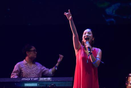 My Linh tung tay 'tua lai' ky niem tren san khau Monsoon - Anh 1