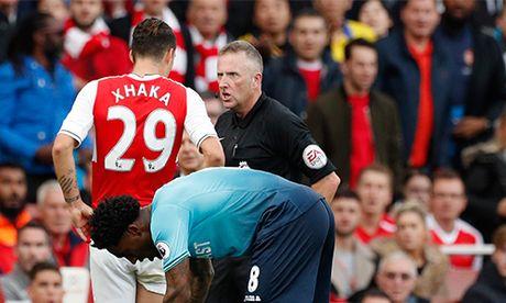 Trong tai Premier League gap hoa vi duoi 'may chem' cua Arsenal - Anh 1