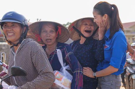 Hoa hau Pham Huong 'hoa' tien nu tai vung lu Quang Binh - Anh 3