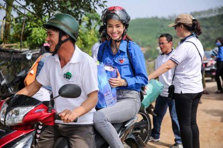 Hoa hau Pham Huong 'hoa' tien nu tai vung lu Quang Binh - Anh 4
