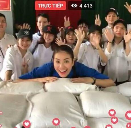 Hoa hau Pham Huong 'hoa' tien nu tai vung lu Quang Binh - Anh 6