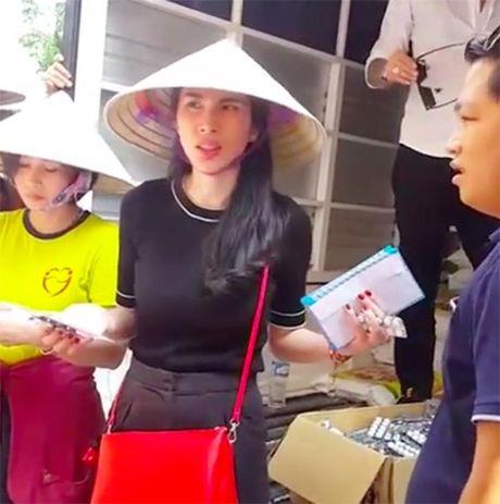 Lan nao cung bi 'nem da', Thuy Tien khong co 'so' lam tu thien? - Anh 1