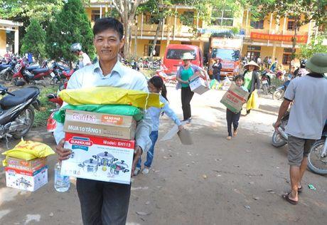 Ha Tinh: Hon 400 trieu dong den voi dong bao ngap lu tai xa Hoa Hai - Anh 10