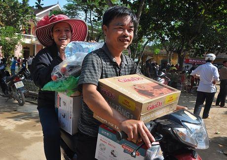 Ha Tinh: Hon 400 trieu dong den voi dong bao ngap lu tai xa Hoa Hai - Anh 11