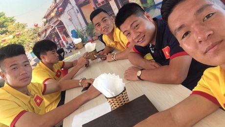HLV Hoang Anh Tuan bat ngo 'tang qua' cho DT U19 Viet Nam - Anh 1