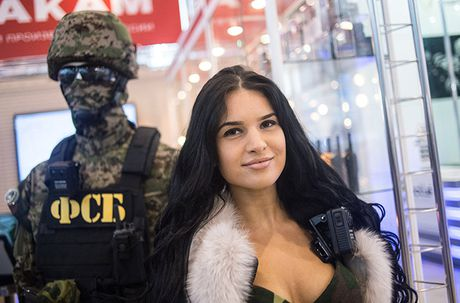 Thich thu dan vu khi 'khung' tai trien lam an ninh Nga - Anh 4