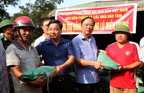 Hoi Nha bao Viet Nam : Dong hanh cung nguoi dan vung lu - Anh 1