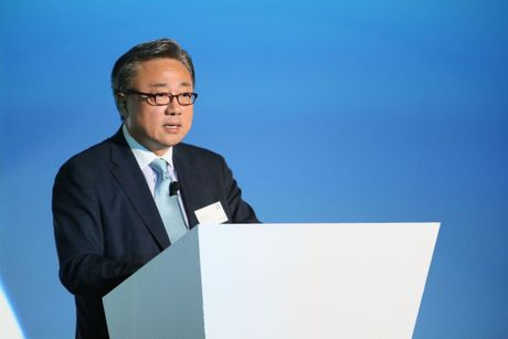 Nhieu vi tri CEO Samsung Mobile nhu dang 'ngoi tren dong lua' - Anh 1