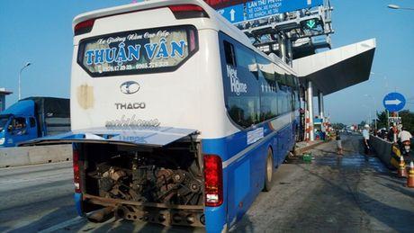 Quang Nam: Xe khach tong dai phan cach tram thu phi - Anh 1