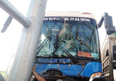 Quang Nam: Xe khach tong dai phan cach tram thu phi - Anh 2