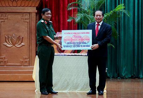 Bo truong Truong Minh Tuan tang phim tu lieu cho Hoc vien Chinh tri - Anh 1