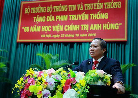Bo truong Truong Minh Tuan tang phim tu lieu cho Hoc vien Chinh tri - Anh 2