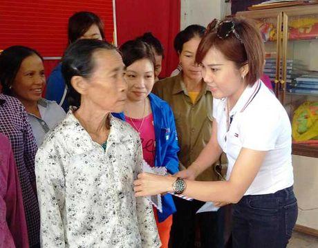 Bao CAND va Cong ty Duy Loi: Trao qua cho nguoi dan vung lu quet di qua - Anh 3