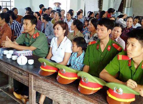 Bao CAND va Cong ty Duy Loi: Trao qua cho nguoi dan vung lu quet di qua - Anh 4