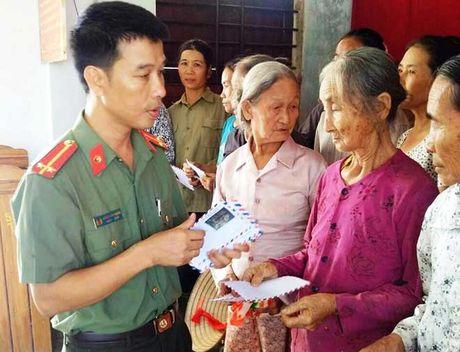 Bao CAND va Cong ty Duy Loi: Trao qua cho nguoi dan vung lu quet di qua - Anh 5