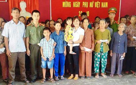 Bao CAND va Cong ty Duy Loi: Trao qua cho nguoi dan vung lu quet di qua - Anh 6