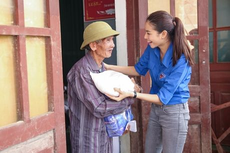 Pham Huong mac ao xanh tinh nguyen, mang nu cuoi am ap den mien Trung - Anh 11