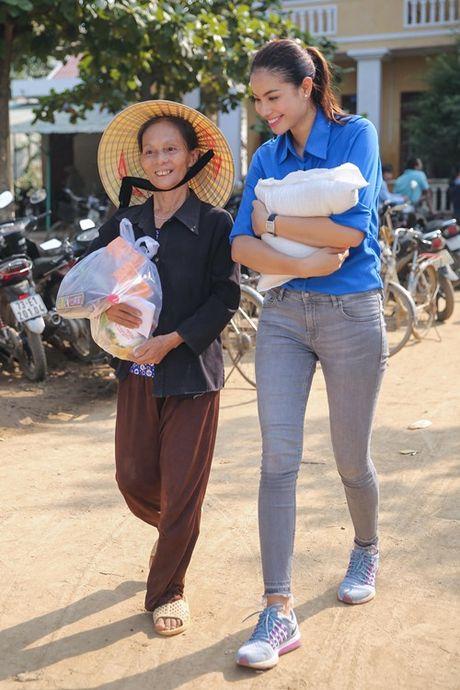Pham Huong mac ao xanh tinh nguyen, mang nu cuoi am ap den mien Trung - Anh 13