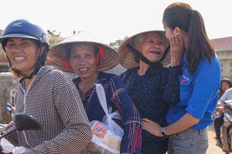 Pham Huong mac ao xanh tinh nguyen, mang nu cuoi am ap den mien Trung - Anh 14