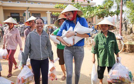 Pham Huong mac ao xanh tinh nguyen, mang nu cuoi am ap den mien Trung - Anh 15