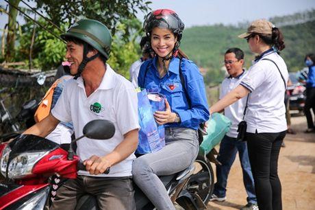 Pham Huong mac ao xanh tinh nguyen, mang nu cuoi am ap den mien Trung - Anh 1