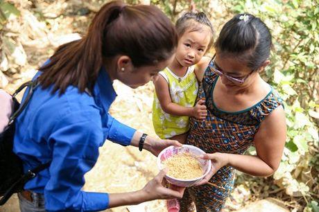 Pham Huong mac ao xanh tinh nguyen, mang nu cuoi am ap den mien Trung - Anh 3