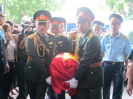 Nghen ngao giay phut don thuong uy Nguyen Van Tung ve que nha - Anh 1