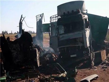 Khong quan Syria thieu rui doan dai xe quan su cua phien quan o Idlib - Anh 1