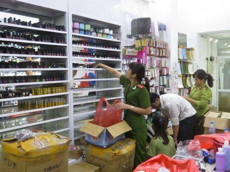 Lam Dong: Thu giu hang tram my pham tai hoi thao chua duoc cap phep - Anh 1