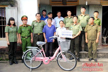 Bo Cong an tang qua cho nu sinh lop 9 dac biet kho khan - Anh 1