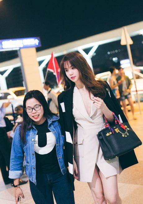 Ngoc Trinh nhang nhit ben 'ong bau' Khac Tiep tai Han Quoc - Anh 3