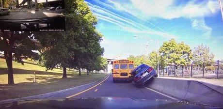 Xe hop hang sang BMW nhan qua dang vi co vuot xe buyt - Anh 1