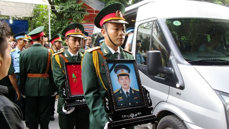 Hang nghin nguoi don di anh phi cong Nguyen Van Tung ve voi me - Anh 1