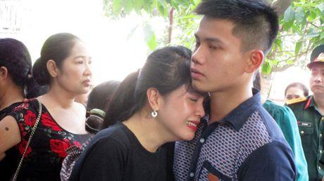 Hang nghin nguoi don di anh phi cong Nguyen Van Tung ve voi me - Anh 6