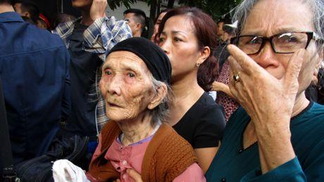 Hang nghin nguoi don di anh phi cong Nguyen Van Tung ve voi me - Anh 8