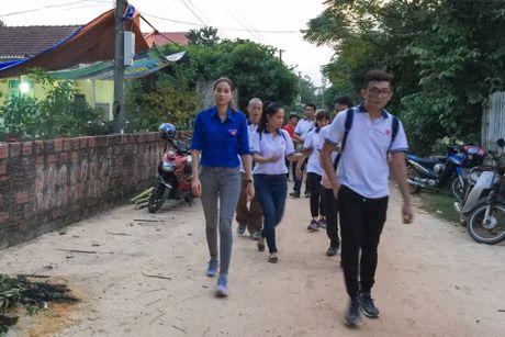 Pham Huong du dam tang nu tinh nguyen vien tu nan - Anh 1