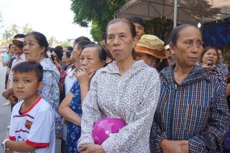 Nguoi dan que nha dam nuoc mat don phi cong Nguyen Van Tung - Anh 2