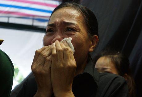 Nguoi dan que nha dam nuoc mat don phi cong Nguyen Van Tung - Anh 7