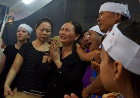 Nguoi dan que nha dam nuoc mat don phi cong Nguyen Van Tung - Anh 9